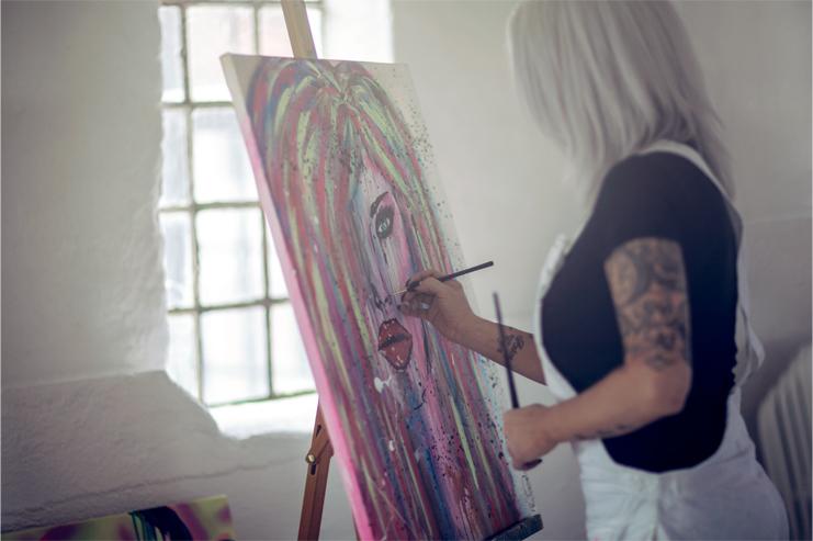 Therése målar